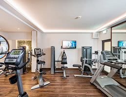 moderner Fitnessraum mit Cardio-Trainingsgeräten