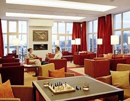 Die Bernsteinlounge der hoteleigenen Bar bietet sogar eine Buchauswahl