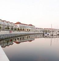 Promenade entlang des Yachthafens