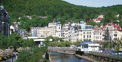 Karlsbad mit Hotel im Hintergrund