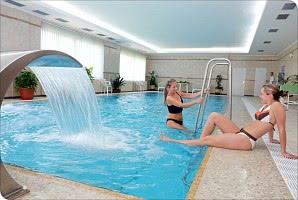 Schwimmbad mit Wasserspeier