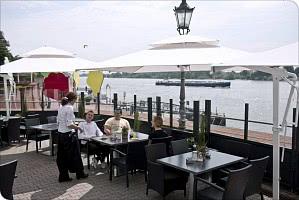 Terrasse am Rheinufer