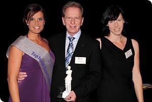 Geschäftsführer Reiner Heun und seine Assistentin Susann Schmieder (rechts) nach der Überreichung des Preises.