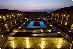 Blick auf den Innenhof mit Pool bei Nacht