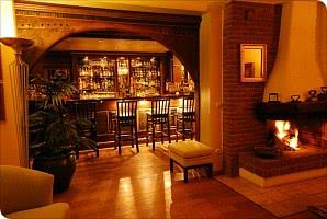 Bar mit Kamin