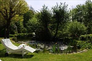 Entspannungsliege im Garten