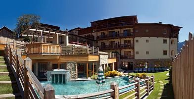 Einladung zum Schwimmen im hoteleigenen Pool im Freien