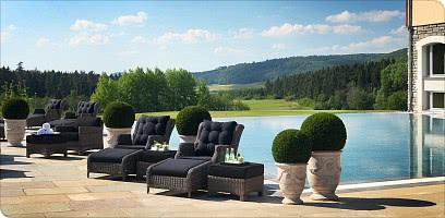Ein Pool im grünen Paradies