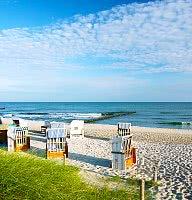 Am Strand erwarten Sie Meer, Sand und Wellen