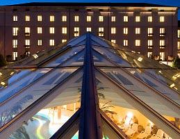 Hotel mit  Schwimmbad bei Nacht