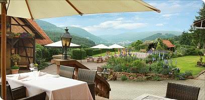 Genießen Sie Kulinarisches mit Blick in die Weite auf der Terrasse
