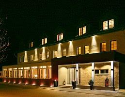 Hotelansicht bei Abend