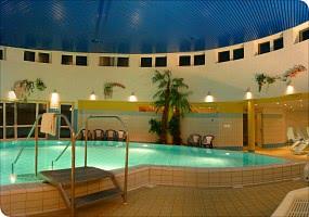 Schwimmbad / Liegen / Whirlpool