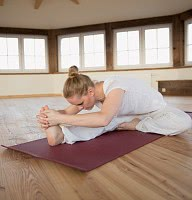 Yoga im Yogaraum mit Seeblick