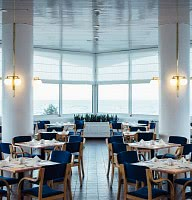 Frühstücks-Restaurant mit Blick aufs Meer