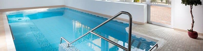 Indoor-Pool: Wasserspaß mit Whirl-Düsen