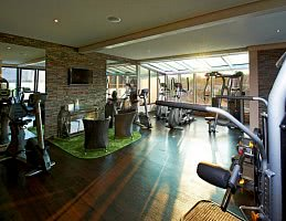 Fitnessraum mit modernsten Geräten