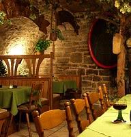 Speisen im urigen, gemütlichen Kellerlokal