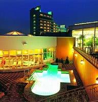 Hotel Außenansicht & Pool bei Nacht