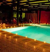 Schwimmbad im Kerzenschein