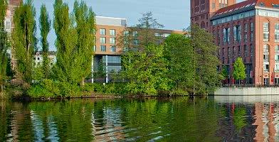 Das Hotel ist schön am Wasser gelegen
