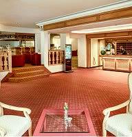 Empfangsbereich mit angrenzender Hotelbar